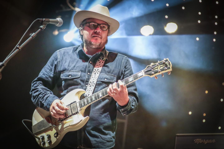 Nella foto Jeff Tweedy che suona la chitarra