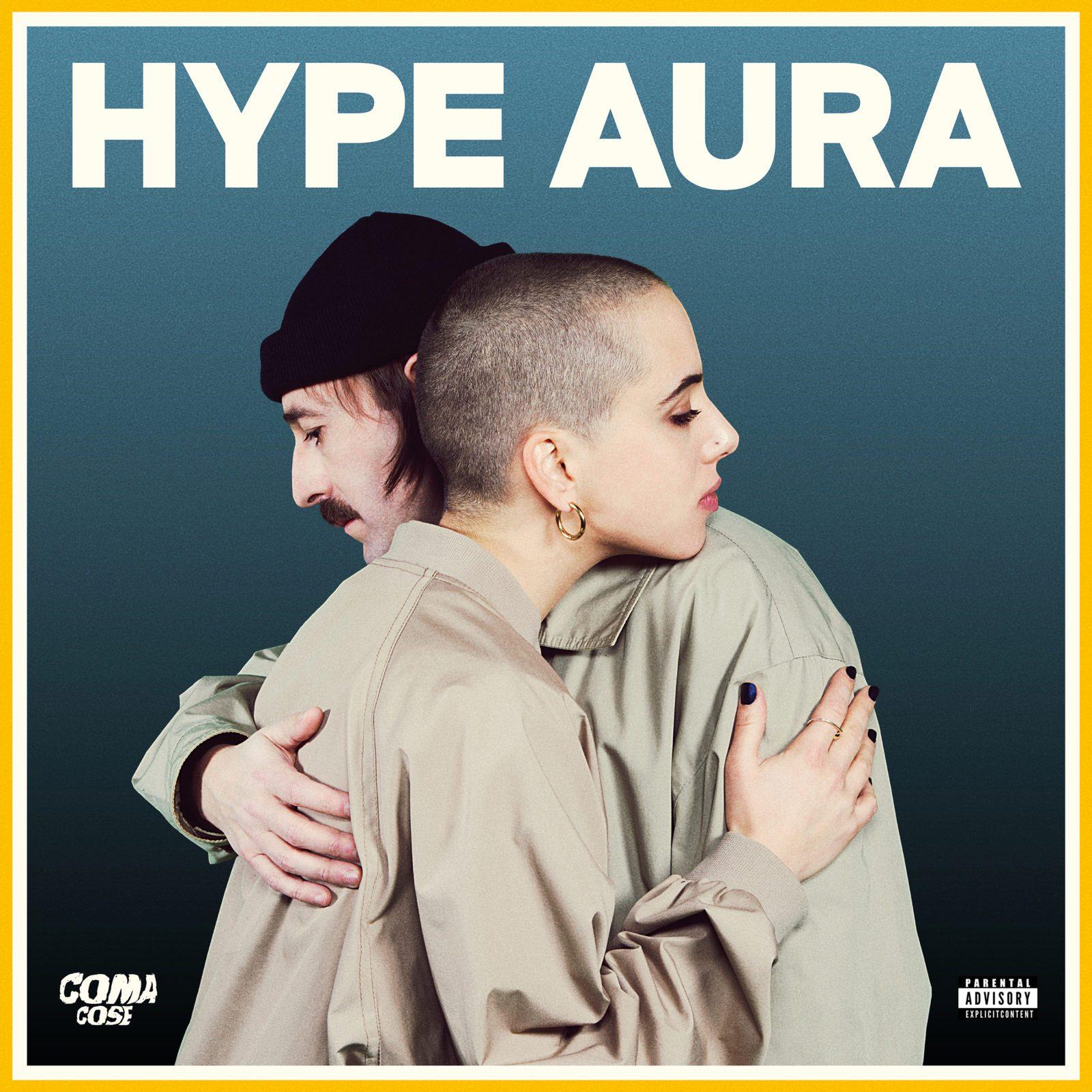Nella copertina i due artisti si abbracciano. In alto la scritta HYPE AURA, sotto a sinistra la scritta Coma Cose